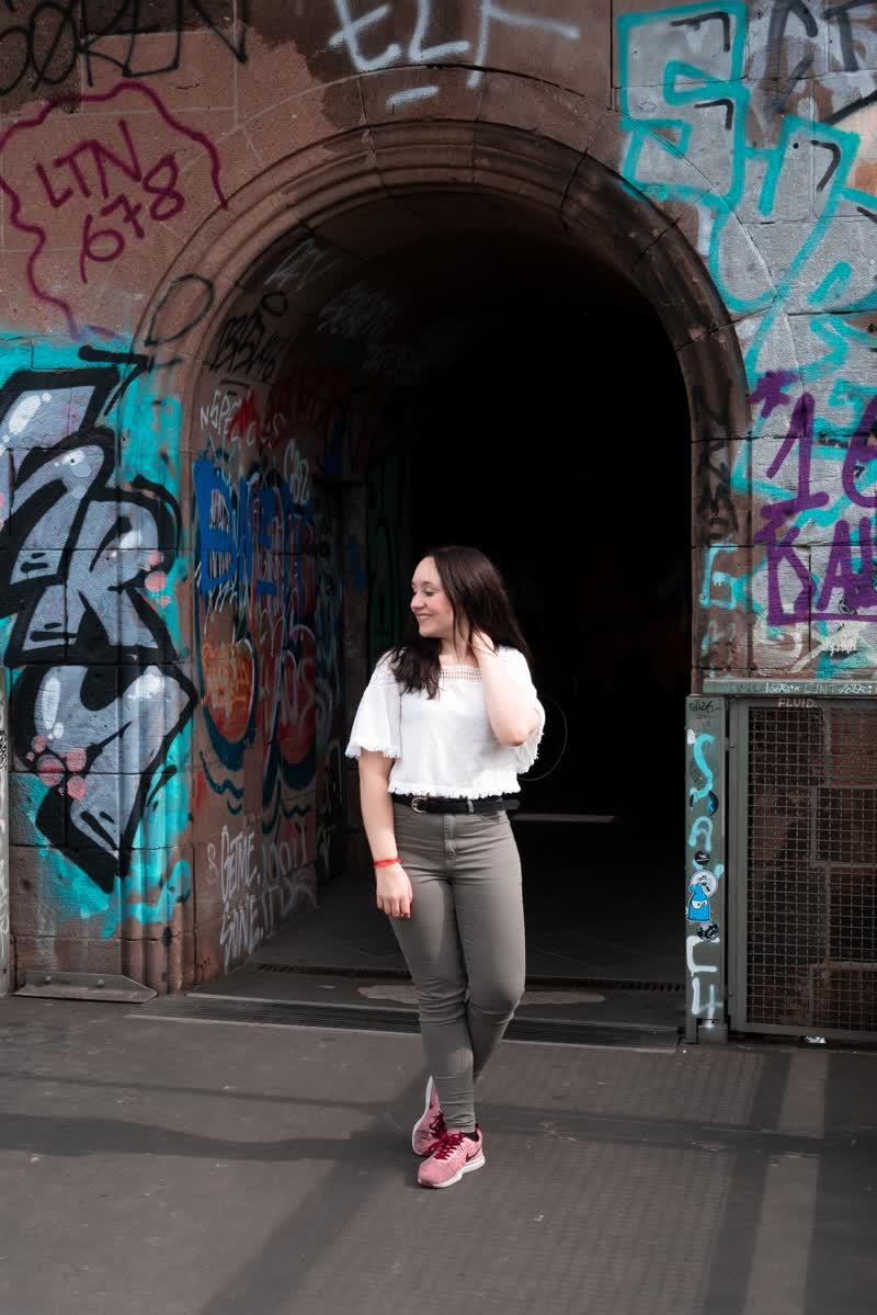 Model bei einer Foto-Location in Köln, Bogeneingang mit Graffitis