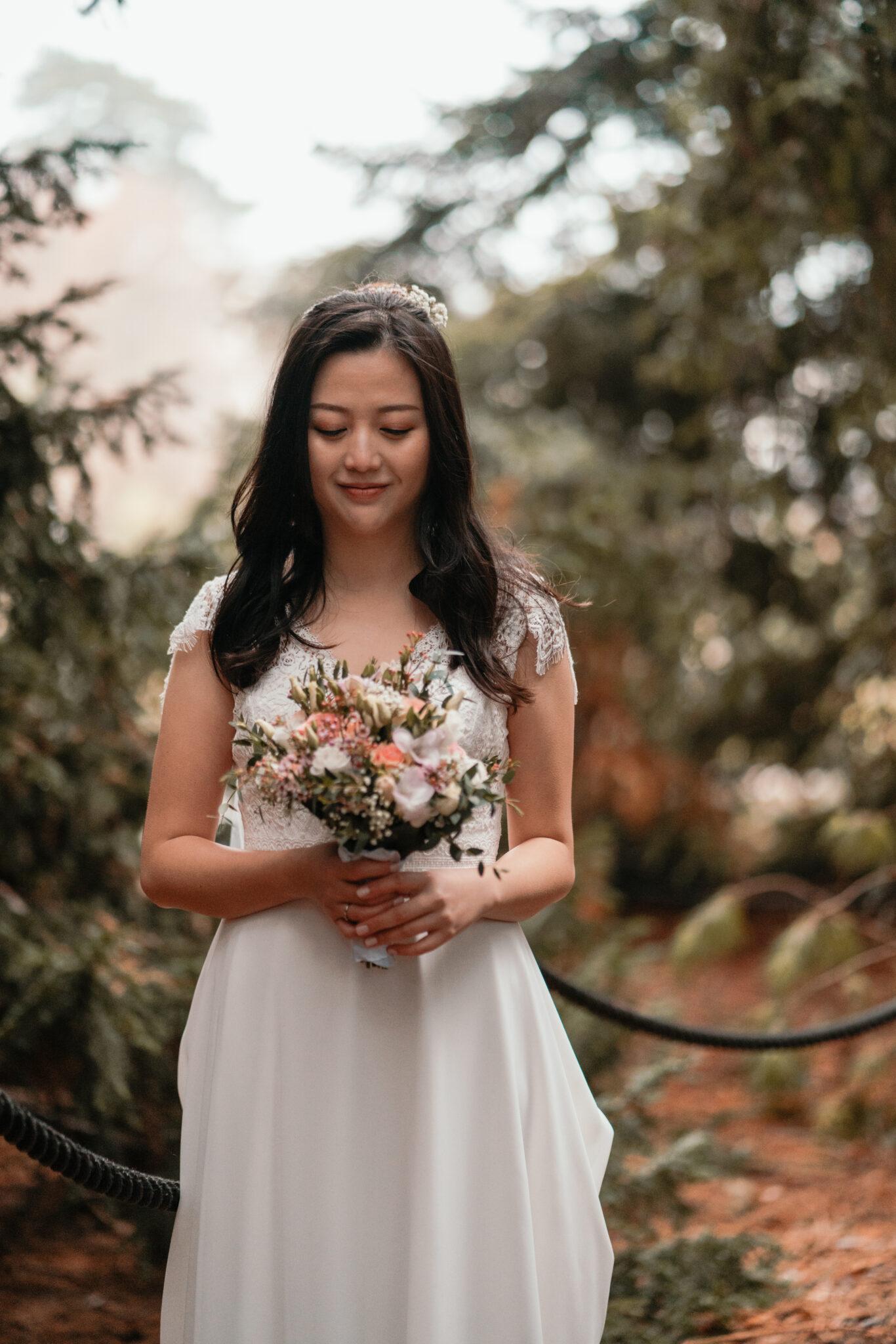 Hochzeitsfotograf fotografiert Braut
